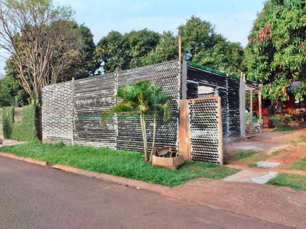 Moradores de Foz do Iguaçu ajudaram na doação de garrafas para a construção da 'Casa de vidro' — Foto: Arquivo pessoal