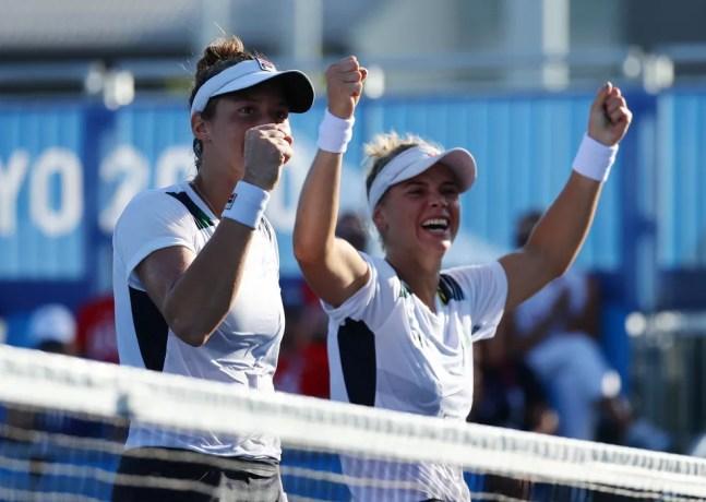 Laura Pigossi e Luisa Stefani vencem e vão às semifinais nas Olimpíadas de Tóquio — Foto: REUTERS