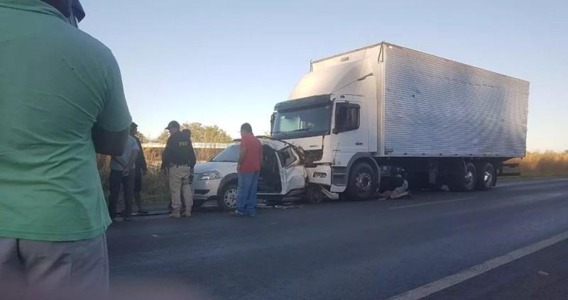 Homem morre após ser atingido dentro de carro por carreta na BR-242 — Foto: Blog do Sigi Vilares