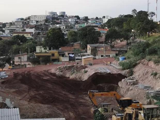 Depois de ser retirada da matriz da Copa, obras da Via 710 devem ser concluídas em 2016 (Foto: Raquel Freitas/G1)
