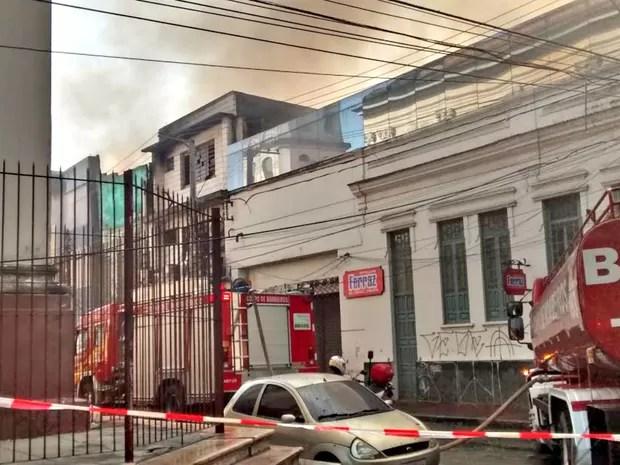 Corpo de Bombeiros tenta conter as chamas (Foto: Suelen Gonçalves/G1 AM)