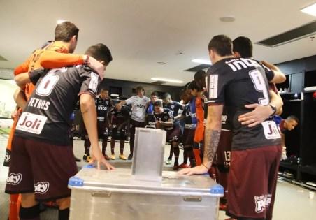 Lugano e Hernanes no vestiário antes do jogo com Flu: cobrança ocorreu depois (Foto: Rubens Chiri/saopaulofc.net)