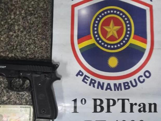 Simulacro de arma apreendido pelo BPTran no Recife (Foto: BPTran/Divulgação)