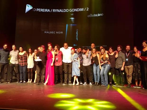 """Vencedores da categoria """"Mercado Nacional"""" recebem o prêmio. Ganhou a campanha """"helicóptero"""", do boticário (Foto: Karina Trevizan/G1)"""