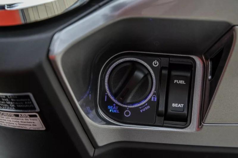 Com a chave no bolso, o usuário só precisa girar a ignição antes de ligar o Honda PCX, mas tecnologia só está nas versões mais caras. — Foto: Honda/Divulgação