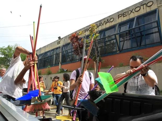 tudantes desocupam a escola Estadual Brigadeiro Gavião Peixoto, em Perus, na zona oeste de São Paulo. (Foto: Werther Santana/Estadão Conteúdo)