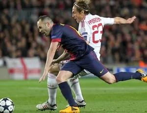 Iniesta e Ambrosini, Barcelona x Milan (Foto: AFP)