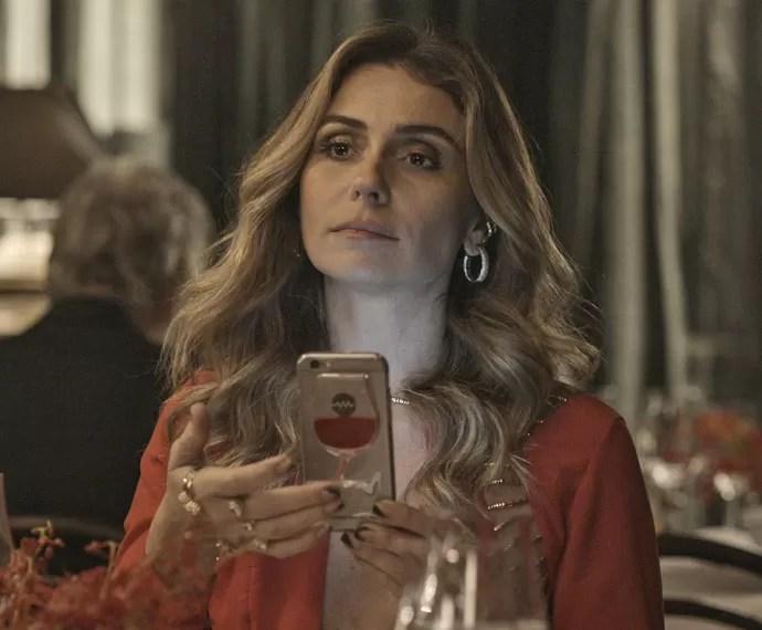 Atena chantageia Romero com gravação de vídeo (Foto: TV Globo)