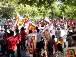 Pouco a pouco os manifestantes chegam e se concentram na Praça Camerino, no Centro de Aracaju, para o ato em defesa da Petrobras. (Foto: Flávio Antunes/G1)