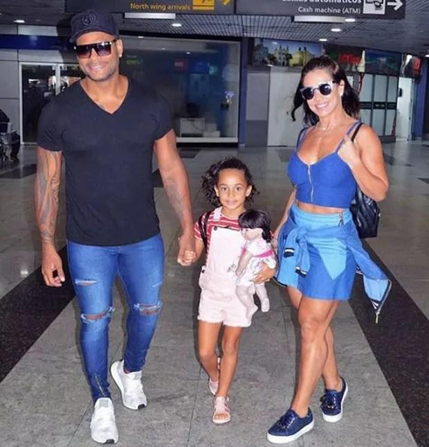 Scheila Carvalho, Tony Salles, com a filha Giulia, indo para Porto de Galinhas (Foto: Reprodução/Instagram)