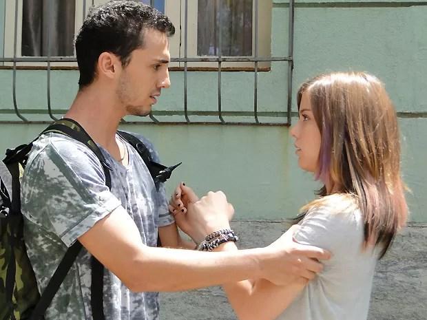 Sal encontra Lia cambaleando pela rua... (Foto: Malhação / TV Globo)
