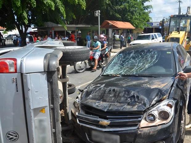 Uma criança que estava no carro preto teve que ser atendida, mas não teve ferimentos (Foto: Walter Paparazzo/G1)