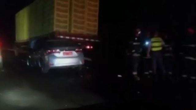 Acidente entre táxi e caminhão causou congestionamento na rodovia Washington Luís (Foto: Reprodução/TV TEM)