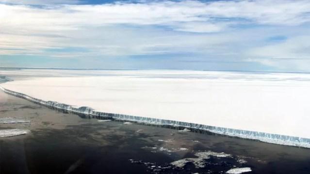 O A68 é muito extenso, mas tem apenas 200 metros de espessura (relativamente fino para um iceberg) — Foto: Nasa/John Sonntag via BBC