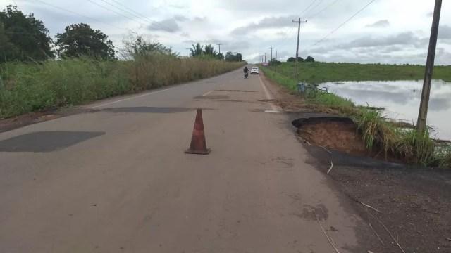 Trecho da BR-222 que corre o risco de partir por conta da erosão provocada por um lago que se formou ao lado da pista — Foto: Divulgação/PRF