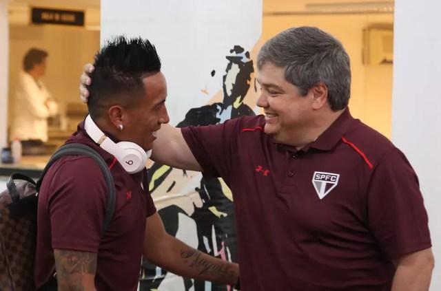 Cueva e Fernando Chapecó, diretor adjunto de futebol do São Paulo (Foto: Rubens Chiri / saopaulofc.net)