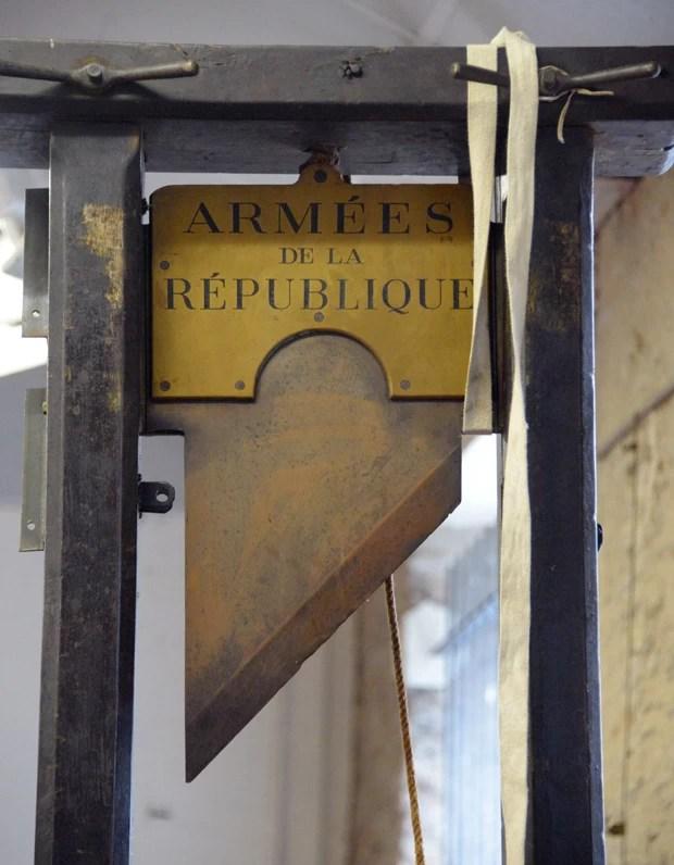 Guilhotina usada será leiloada em Nantes, na França (Foto: Damien Meyer/AFP)