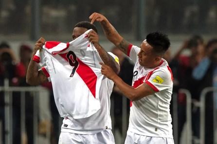 Farfán e Cueva, com camisa de Guerrero, comemoram vitória do Peru sobre a Nova Zelândia (Foto: Ernesto Benavides/AFP)
