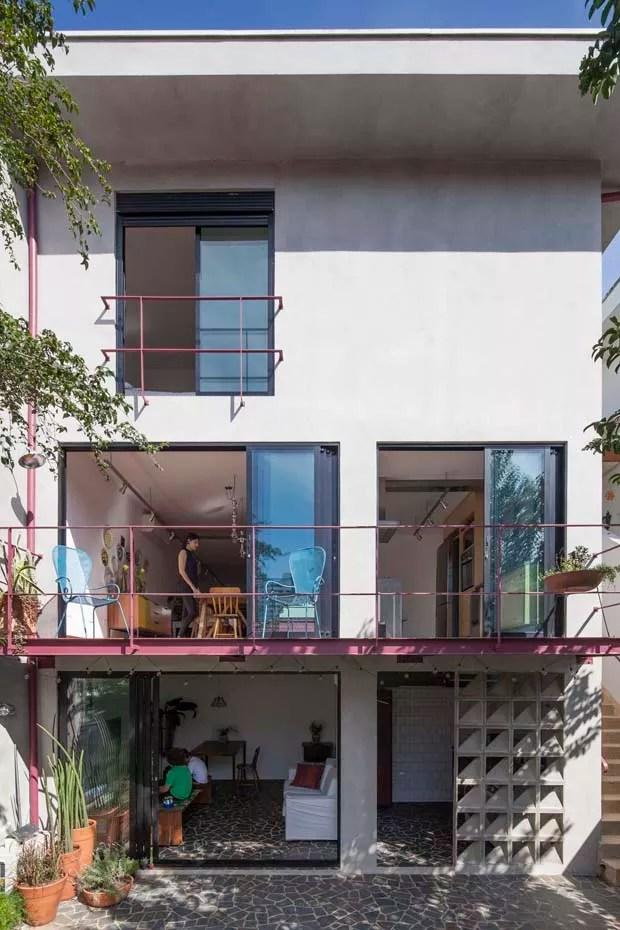 Casa reformada encanta com detalhes em rosa na fachada