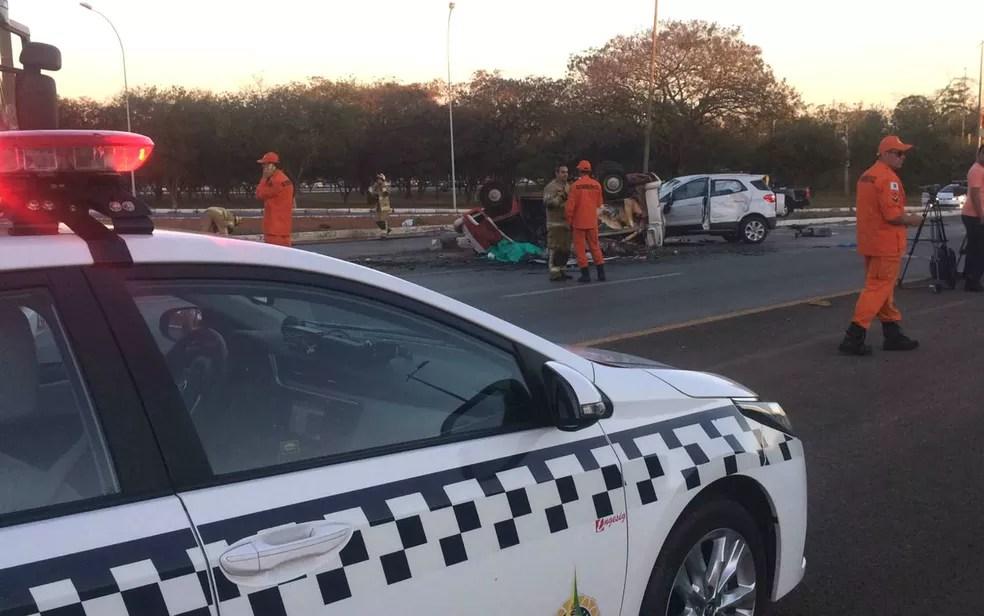 PM isola área após acidente com duas mortes no fim do Eixão Sul, em Brasília (Foto: Fabiano Andrade/TV Globo)