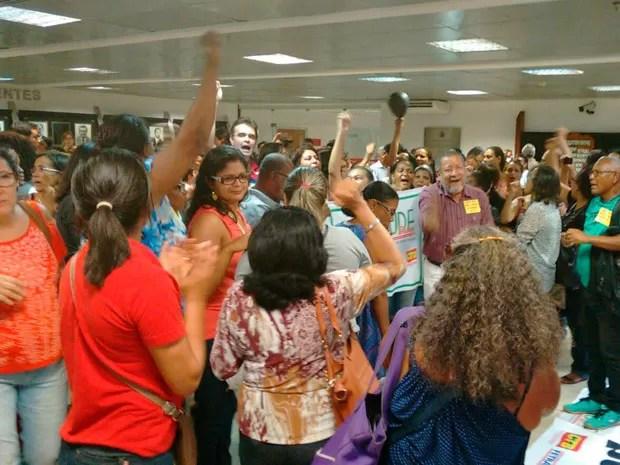 Servidores critcam PEC do governo da Bahia em protesto na ALBA (Foto: Maiana Belo/G1 BA)