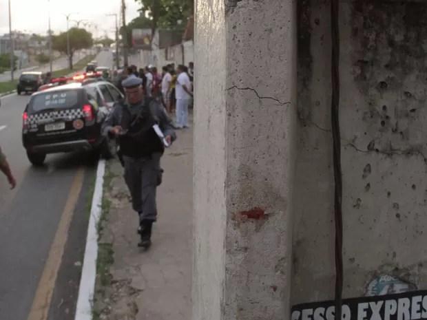 Guardador de carros bateu a cabeça em poste, enquanto 'surfava' em ônibus de São Luís (Foto: Biaman Prado / O Estado)
