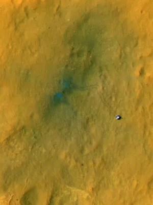Ponto no centro da foto é onde o Curiosity pousou. A partir dali, ele partiu até a posição atual, à direita da foto, deixando seu rastro (Foto: Nasa/JPL-Caltech/Universidade do Arizona)