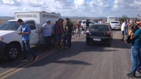 Crime aconteceu na tarde deste sábado (20) na Vila do Murici, em Caruaru (Foto: Magno Wendell/TV Asa Branca)