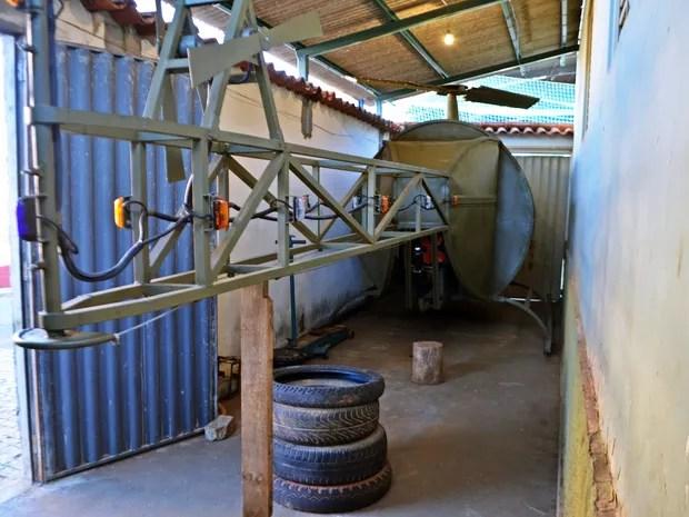 Zé Fernando usou peças usadas de veículos e outras encomendadas em helicóptero, Nepomuceno (Foto: Samantha Silva/G1)