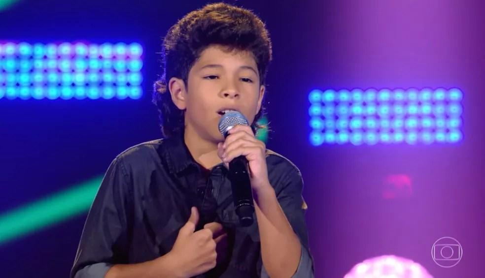 Que fofura a apresentação do Alex no 'The Voice Kids'  — Foto: TV GLOBO