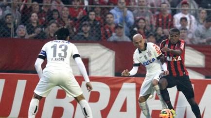 marcelo atlético-pr e Fábio Santos Corinthians série A (Foto: Geraldo Bubniak / Agência Estado)