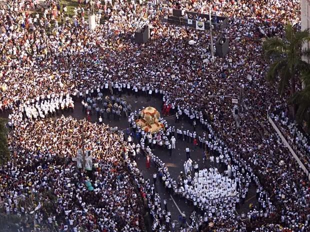 Vista aérea da procissão do Cirio de Nazaré, uma das maiores festas religiosas do mundo, que acontece há mais de 200 anos e é realizada sempre no segundo domingo do mês de outubro, reunindo milhares de fiéis e pagadores de promessas, nas ruas de Belém, no (Foto: TARSO SARRAF/AE/AE)