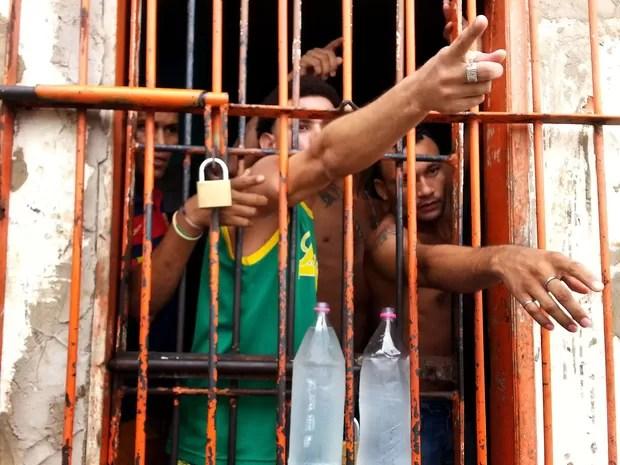 Detentos do Complexo Penitenciário de Pedrinhas, em São Luís, no Maranhão falam com uma comitiva de senadores da Comissão de Direitos Humanos nesta segunda-feira (13). (Foto: Márcio Fernandes/Estadão Conteúdo)
