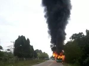 Ônibus é incendiado na Tapera, em Florianópolis, na manhã de terça (Foto: Polícia Militar/Divulgação)