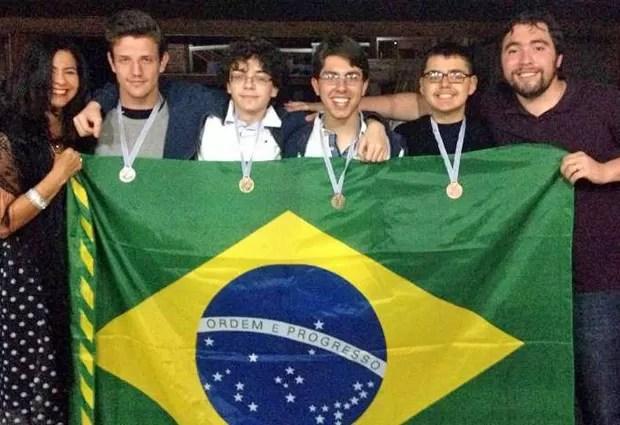 Da esquerda para a direita: a professora Luzinalva Miranda de Amorim, os alunos João César, Pedro Henrique, Gabriel e Andrey, e o professor Régis Prado Barbosa, no Uruguai (Foto: Divulgação/OBM)