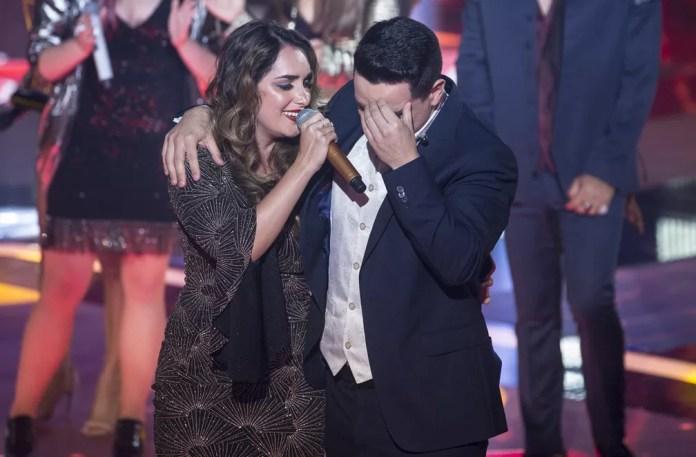 Lais Yasmin cantou enquanto Léo Pain estava emocionando com o resultado — Foto: Isabella Pinheiro/Gshow