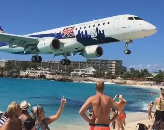 Vídeo incrível mostra pouso de avião passando a poucos metros da acima da praia de Maho, na Ilha de São Martinho (Foto: Reprodução/ Instagram/Paul Luning)