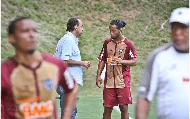 Alexandre Kalil e Ronaldinho conversam no Galo (Foto: Bruno Cantini / Site Oficial do Atlético-MG)