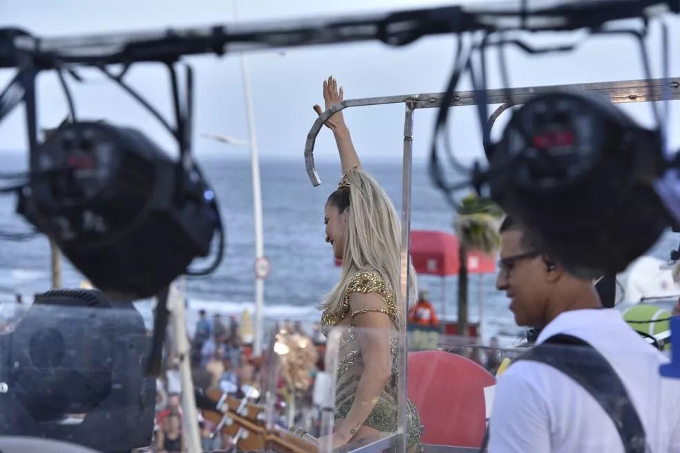 Claudia Leitte acena para público no circuito Dodô (Foto: Elias Dantas/Ag. Haack)