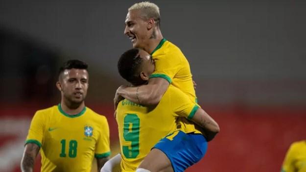Antony, Matheus Cunha e Matheus Henrique comemoram gol da seleção olímpica