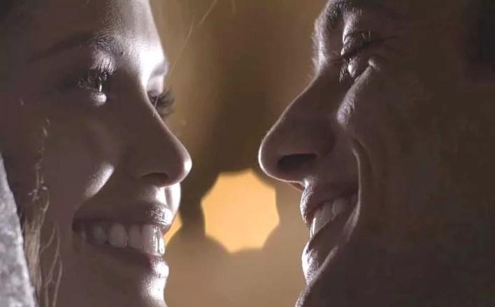 Julia (Vitória Strada) e Danilo (Rafael Cardoso) trocam juras de amor e oficializam o casamento com a bênção de padre Luiz — Foto: TVGLOBO