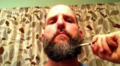 Americano retira objeto de sua barba (Foto: Reprodução/YouTube/Ben Garvin)