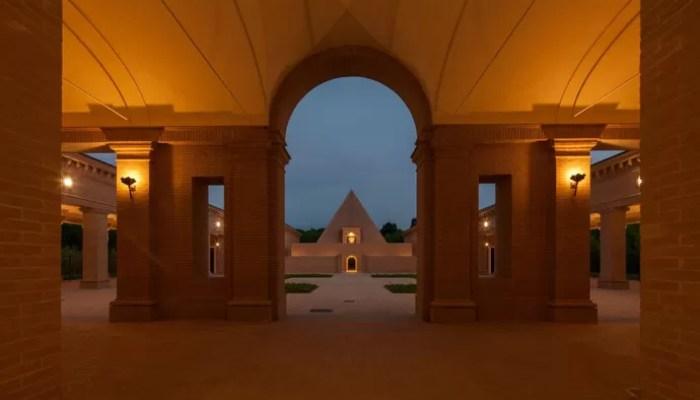 O local possui até uma pirâmide, e dentro dela uma capela (FOTO: DIVULGAÇÃO)