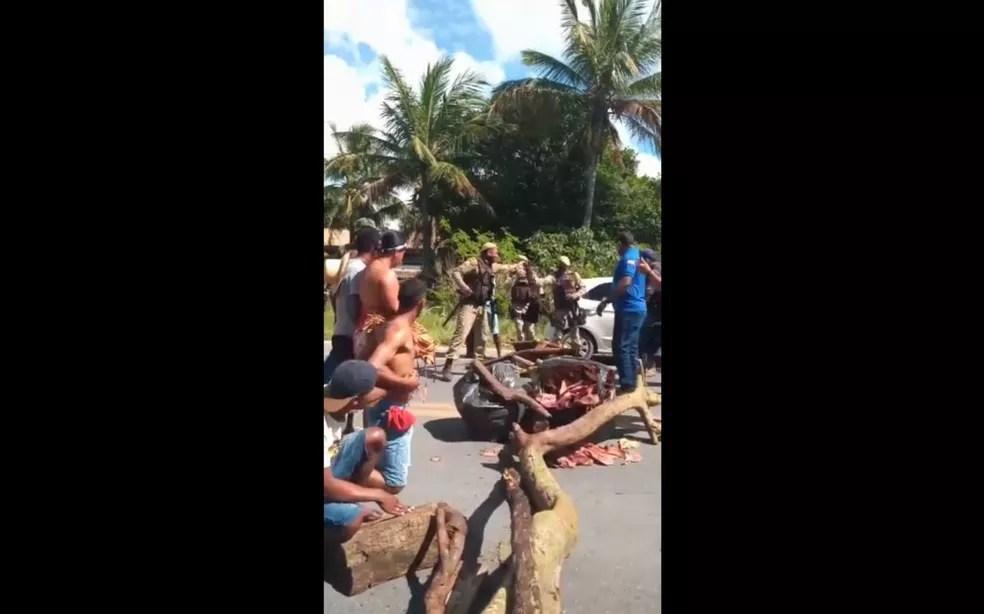 Grupo indígena bloqueia trecho da BR-367, no sul da Bahia, em protesto contra derrubada de imóveis — Foto: Reprodução/Redes Sociais
