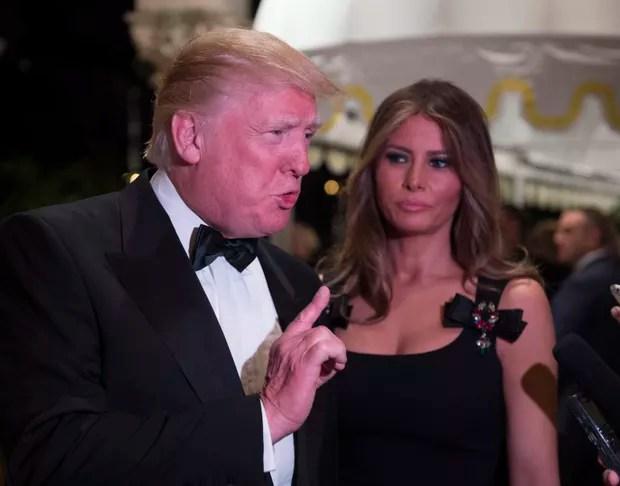 Melania Trump, mulher de presidente eleito dos Estados Unidos, usou vestido preto no Ano Novo. Modelito já foi usado pela brasileira Luciana Gimenez (Foto: AFP)