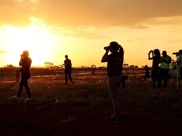 """Fotógrafos registram imagens em área próxima da pista do Aeroporto JK, em Brasília, durante o """"Spotter Day"""" (Foto: Inframerica/Divulgação)"""