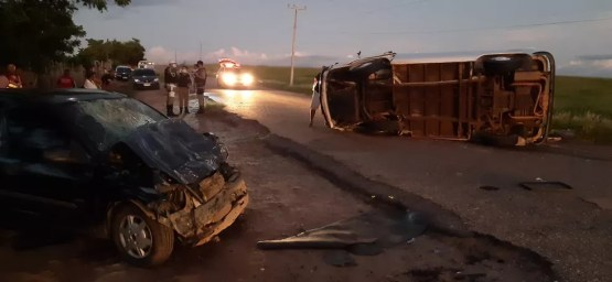 Motorista perde o controle de Kombi, colide contra outro veículo e capota em Anadia, AL — Foto: Ascom/BPRv