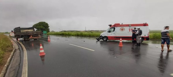 BPRv registra acidente entre caminhão e ambulãncia do Samu — Foto: BPRv