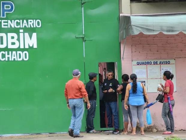 Famílias buscavam por informações no Compaj (Foto: Suelen Gonçalves/ G1 AM)