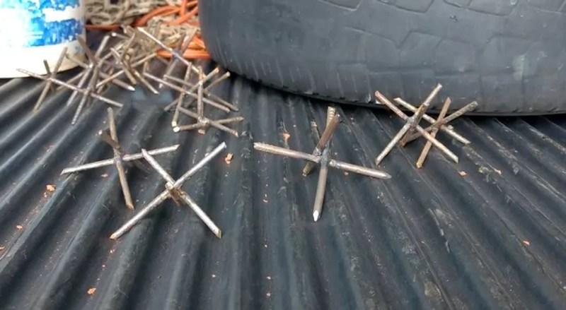 Miguelitos foram jogados nas estradas para dificultar a ação da PM (Foto: TV Integração/Reprodução)
